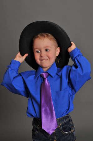 Niño con un sombrero y corbata Foto de archivo - 9443400