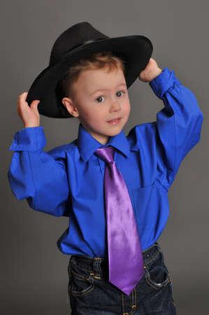 niño con un sombrero y corbata