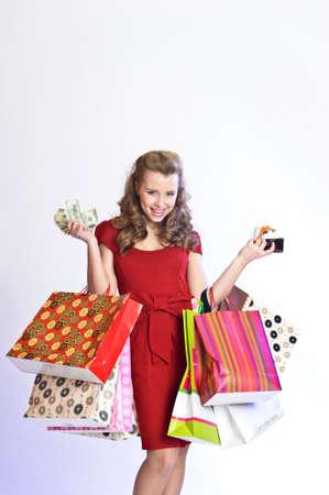 Девушка с покупками, деньги и кредитные карты