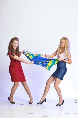 arracher: filles qui combattent en raison de la robe Banque d'images