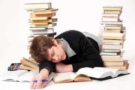 Der Schüler mit einer erheblichen Menge der Bücher
