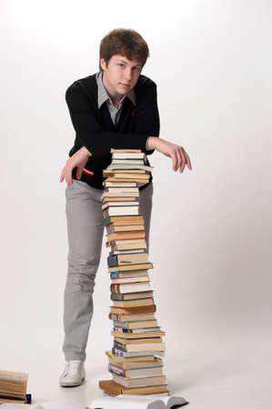 pile of books: studente con una pila enorme di libri