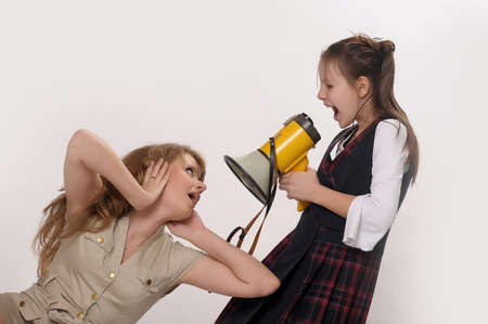 ni�a gritando: ni�a gritando en altavoz Foto de archivo