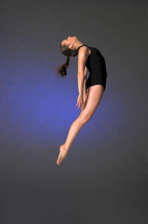 Гимнастка прыжки Фото со стока