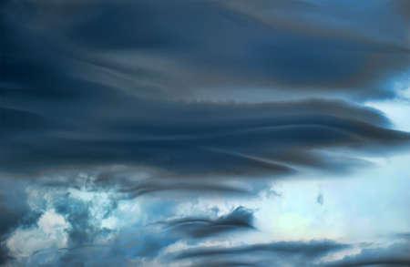 adverso: cielos tormentosos
