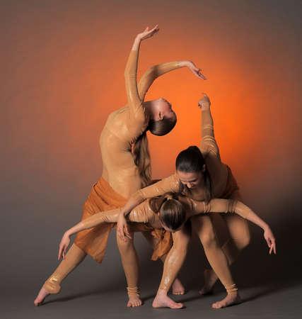 expression corporelle: trois danseurs