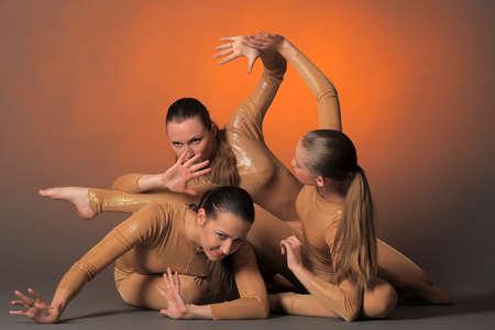 mujeres sentadas: tres bailarines