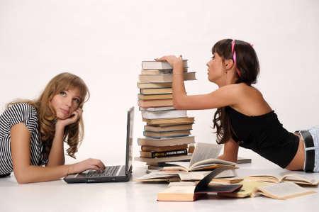 Mujer leyendo el libro y utilizando equipos portátiles