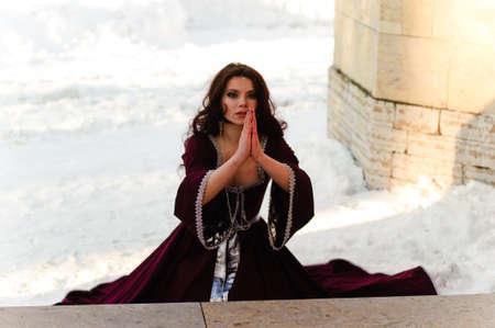 arrepentimiento: la niña en un vestido medieval ora Foto de archivo