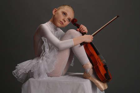 performing arts: Ballerina Girl with violin