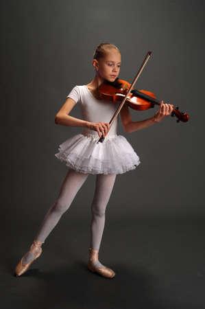 violist: Ballerina Girl met viool Stockfoto