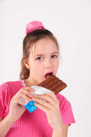 licking in isolated: ragazza in rosa, con il cioccolato