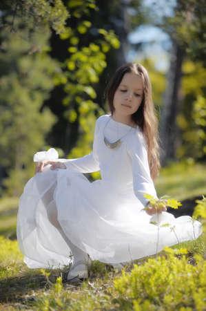 medieval dress: chica en vestido blanco en el bosque Foto de archivo