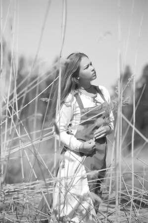 ethnic dress: ragazza in abito etnico nel parco