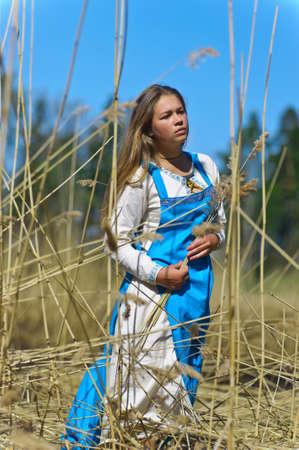 cola mujer: chica en traje t�pico en el parque