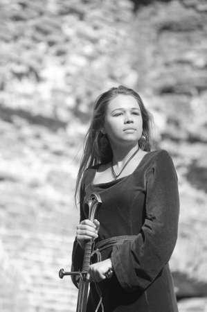 abito medievale: Giovane ragazza in abito medievale con la spada