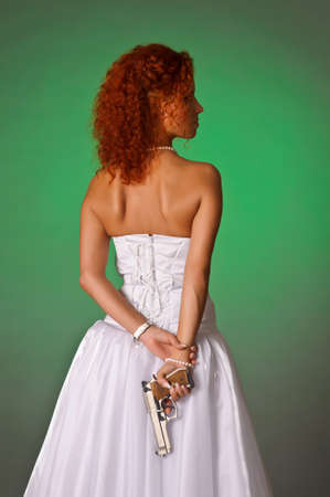 mujer con arma: hermosa novia con una pistola