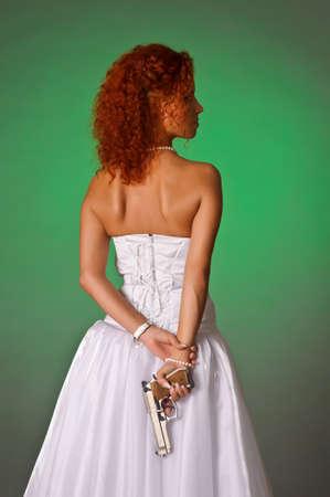 pistolas: hermosa novia con una pistola
