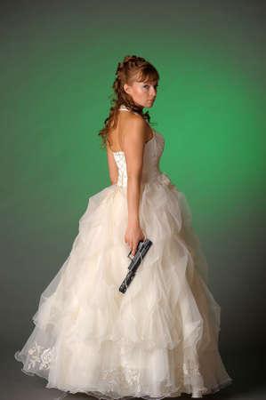 ungeliebt: sch�ne Braut mit einem Gewehr