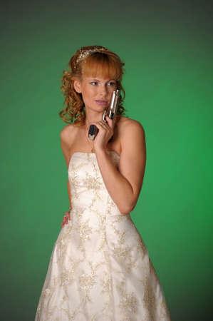 mariée avec une arme à feu
