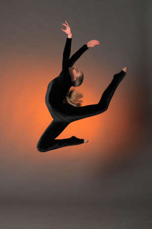 Гимнастка прыжки в студии в черном костюме Фото со стока