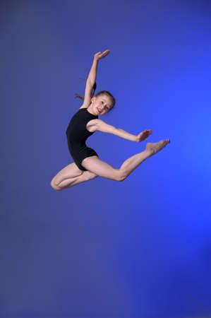turnanzug: Gymnast Mädchen springt Studio