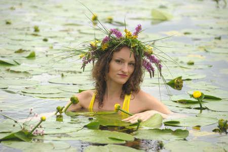 Syrena w wodzie z Wianek na gÅ'owie Zdjęcie Seryjne - 10778497