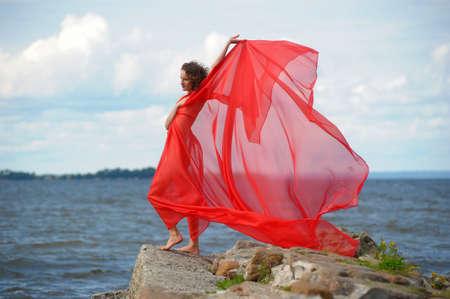 scarf beach: Hermosa chica hippie con tela roja Foto de archivo