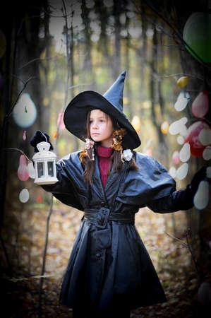 alquimia: Ni�a peque�a en una bruja disfraz de halloween Foto de archivo