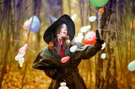 ni�os malos: Ni�a en un traje de bruja de Halloween