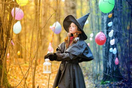 gitana: Ni�a peque�a en una bruja disfraz de halloween Foto de archivo