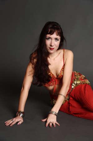 La femme dans un costume de danseuse orientale Banque d'images - 11039300