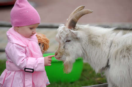 Het kleine meisje met een geit