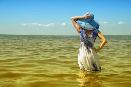 해변에서 젊은 패션 여자 스톡 콘텐츠