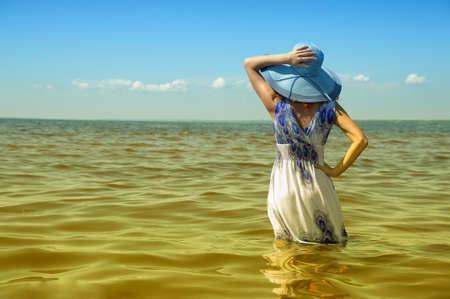 swim: Moda joven mujer en la playa  Foto de archivo