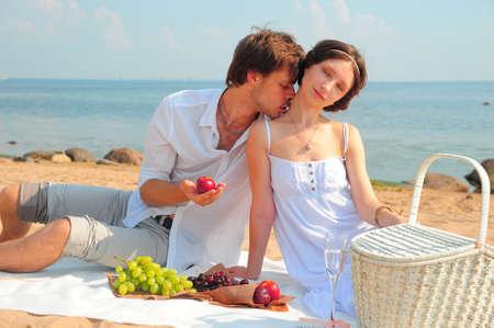 besos apasionados: Pareja joven romántica en la playa