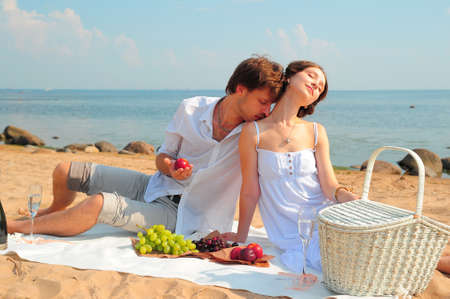 besos apasionados: Joven pareja romántica en la playa Foto de archivo
