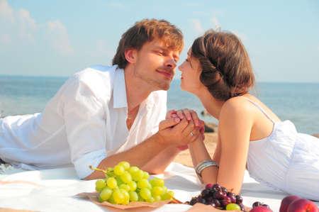 Joven pareja rom�ntica en la playa photo