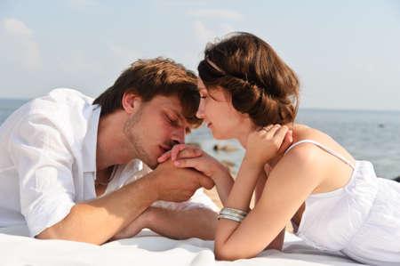besos apasionados: Pareja joven rom�ntica en la playa