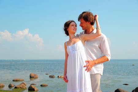 honeymooners: pareja de j�venes enamorados en la playa