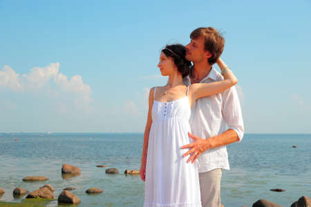 honeymooner: pareja de j�venes enamorados en la playa