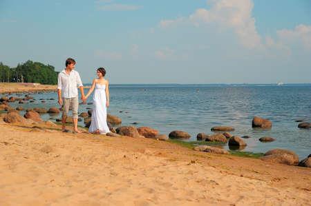 Влюбленная пара ходить на пляж