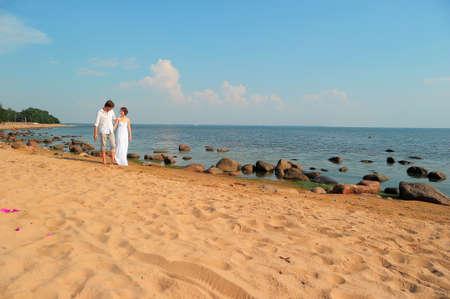 honeymooners: pareja en el amor va a la playa