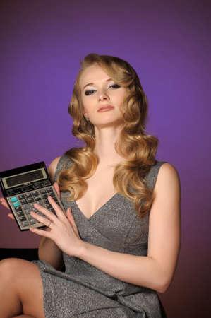 cola mujer: chica con una calculadora Foto de archivo