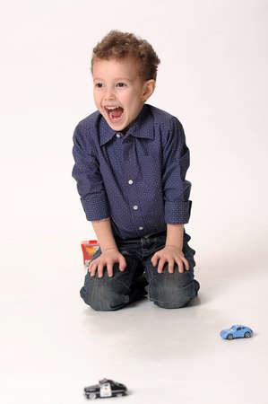 niño jugando con coches Foto de archivo