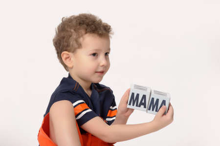 boy playing with blocks Imagens
