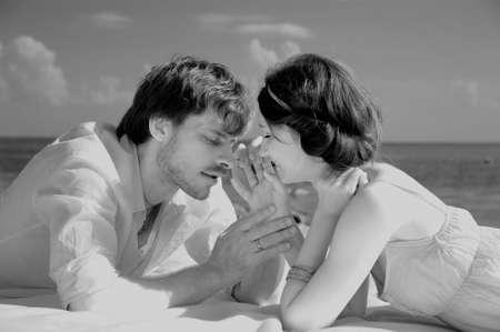 besos apasionados: Joven pareja rom�ntica en la playa, el tono sepia