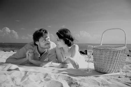 besos apasionados: Pareja joven romántica en la playa, en tonos sepia