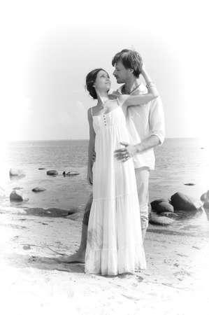honeymooner: pareja de j�venes enamorados en la playa, retro Foto de archivo