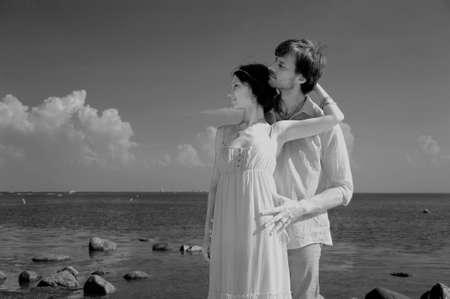 honeymooners: pareja de j�venes enamorados en la playa, retro Foto de archivo